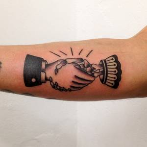 Old School Handshake Tattoo-como tattoo shop vittoriatattoo