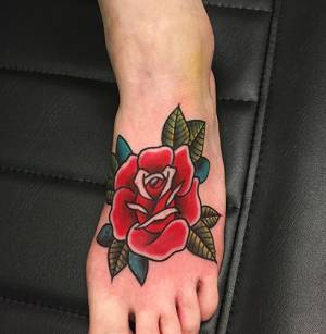 oldschool red rose on foot tattoo-Como Tattoo Shop Vittoria